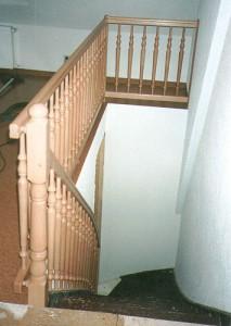 modernes Treppengeländer aus Holz