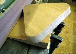 dreieckige Hockersitzfläche aus Holz
